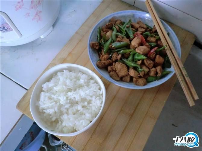 一个菜 一碗饭 一双筷子 一个人的晚餐