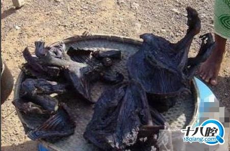 一群非洲青年在烤猴子吃他们不用放佐料么?图片