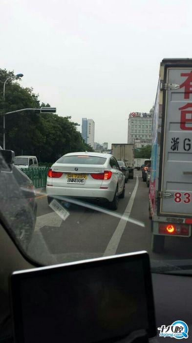 江滨路上遇见一辆香港牌照的宝马