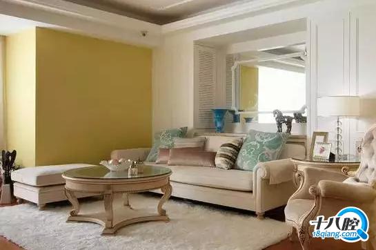 客厅装饰效果图欣赏7   沙发背墙镜子两侧的柜体门片也设