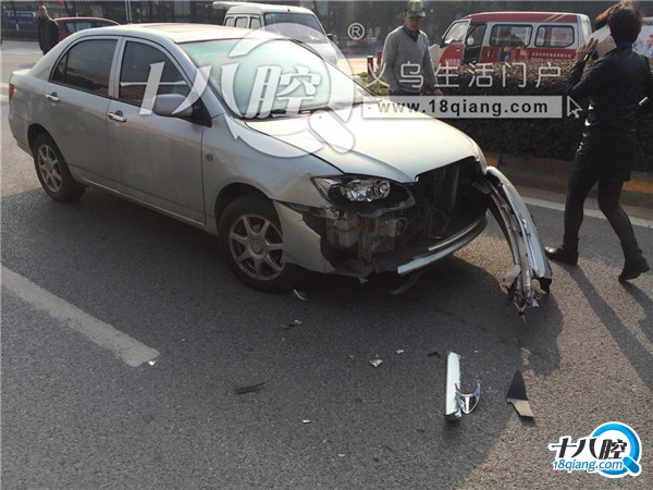 义乌拥军路发生车祸,黑色桑塔纳被银色大众顶上绿化带