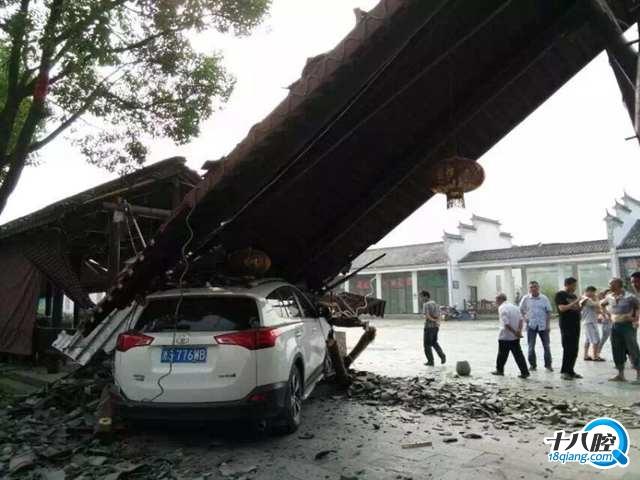 今天一大早,义乌大陈马畈景区的大门被撞塌