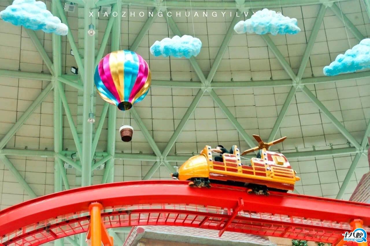 剧场show 金银欢乐岛(游艺机),音乐吧(游艺机) 高悬在二层的火车缓缓