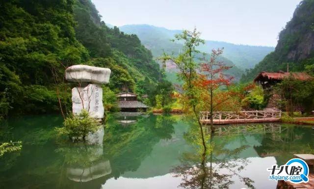 白石湾风景区位于距浦江县城3公里的连绵群山之中,境内遍布巨石