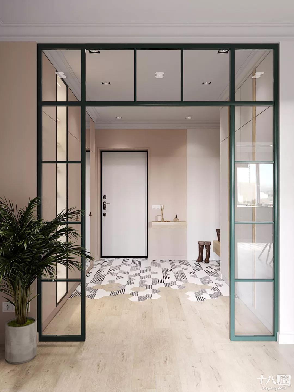 房屋的入口两侧是巨大的储物柜,一个透明的玻璃门提供了走廊的照明.图片
