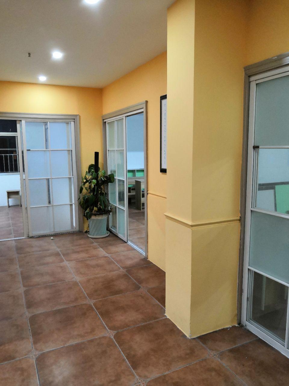 有三间约160平米可出租,共有四间教室,已装修,可用于培训,办公