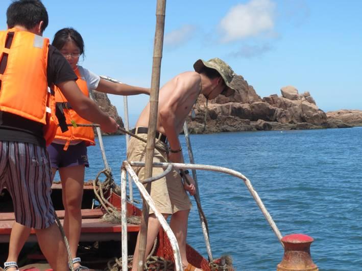 8月12日---15日,终于完成了梦寐以求的目标,去了中国最东边有人居住的岛礁----枸杞岛 以下开始按行程上PP,介绍我们的海岛之旅,希望能够诱惑到大家,萌生说走就走的冲动。 8月12日行程第一天,按计划12点半在老电视台集合,成员有:杨柳飞絮和儿子 老味传纪一家子、看灰机灰过和其女儿、外甥女, 幸福鱼和女儿,小希和女儿。一个个都是绝对的小萝莉小清新一行共计大小13人。[attachment=285939] 这是我家的出行装备 [attachment=285951] [attachment=285940