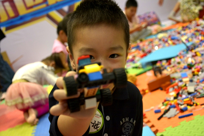 乐高机器人嘉年华活动现场,游戏展出内容不断,孩子们high到不行