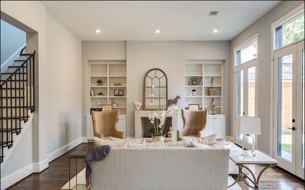 窗户造型的镜子,挂置在室内,给人以一种错觉感,好似客厅真的开了一