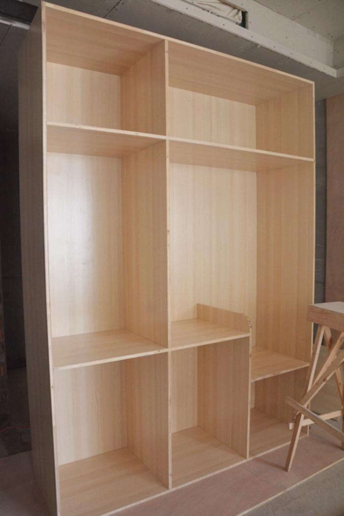 手艺精湛的木工师傅也越来越少,很多人都选择买成品的书架,衣柜什么的