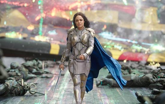 影片中女武神瓦尔基里的形象一度引起粉丝的巨大争议,该角色出自《雷神》漫画,但电影造型却大量结合了《浩克星球》里绿巨人妻子凯拉的人设。 《雷神》漫画的瓦尔基里是白人女战神;《浩克星球》中,绿巨人的妻子却是黑人女战士,于是剧组将二者结合,找来黑人女星泰莎•汤普森扮演瓦尔基里。她在电影里的纹身涂装与使用的匕首是源于凯拉的漫画原型。 =797) window.