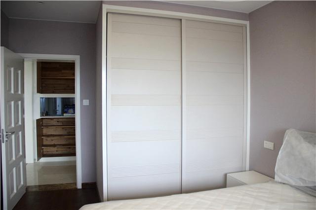 卧室平开门的衣柜,占地面积小,储物容量强大,简洁实用,为房间增加一丝