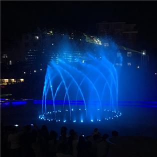 我们大苏溪的灯光喷泉人山人海